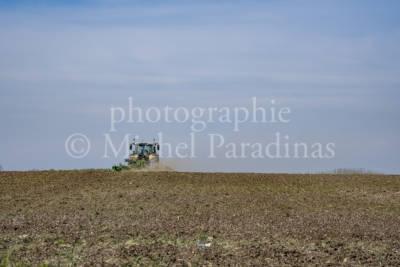 Montfaucon (Saint-Hilaire-la-Palud) chemin de randonnée - agriculture - tracteur