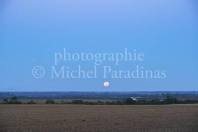 La lune sur le Marais poitevin.