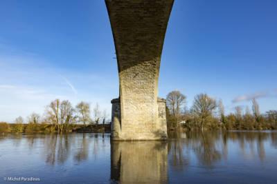 La Roche-Posay, village thermal, le pont de chemin de fer.